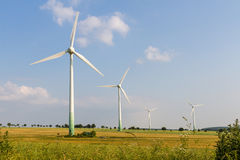 4 Windmotoren mit wilder Wiese Stockfoto