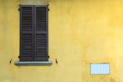 Window. On yellow broken wall Royalty Free Stock Photos