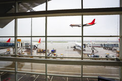 Window of the airport with flight arrival Royalty Free Stock Photography