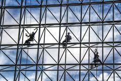Free Window Washers Cleaning The Windows Outside Of A Building Stock Photo - 152511490