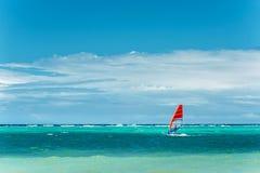 windowed Livsstil och sportbegrepp Mannen vindsurfar på extrem sport, aktiv livsstil Royaltyfria Bilder