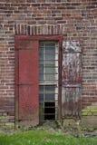 Windown rettangolare su invecchiamento, muro di mattoni rustico fotografia stock