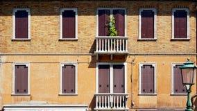 Windows古老房子门和大阳台在Murano 免版税库存照片