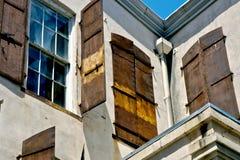 Windows和生锈的快门 免版税库存照片