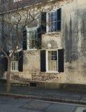 Windows和窗槛花箱大农场主显示装饰物提高建筑学 库存照片