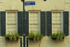 Windows和窗槛花箱大农场主显示装饰物提高建筑学 库存图片