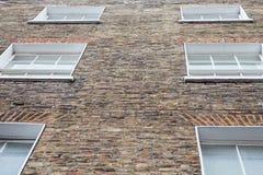 Windows和英王乔治一世至三世时期样式物产的砖外部 免版税图库摄影