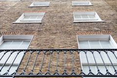 Windows和英王乔治一世至三世时期样式物产的砖外部 库存照片