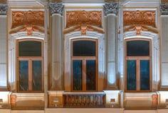 Windows和阳台办公楼夜门面的  免版税库存照片