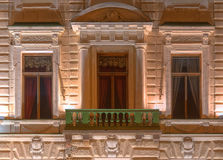Windows和阳台办公楼夜门面的  库存图片