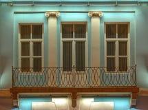 Windows和阳台办公楼夜门面的  免版税库存图片