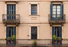 Windows和阳台行的在历史建筑门面  库存图片