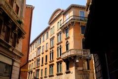 Windows和阳台,老法国街道,经济公寓住宅 免版税库存照片