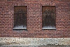 Windows在一个深红砖房子关闭了关闭 图库摄影