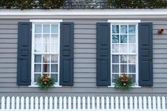 Windows在假日装饰了在威廉斯堡,弗吉尼亚 免版税库存图片