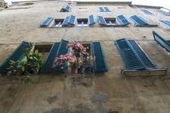 Windows在蒙特普齐亚诺,意大利 库存图片