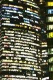 Windows摩天大楼夜与 库存照片