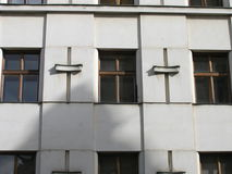 Windows方形patern在一个老门面 免版税库存图片