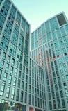 Windows背景的办公楼 免版税库存照片
