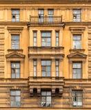 Windows连续和在经济圣彼德堡大学的门面的凸出的三面窗  免版税库存图片
