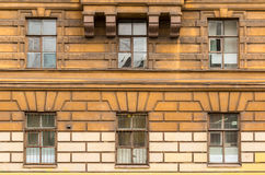 Windows连续在经济圣彼德堡大学的门面  库存图片
