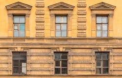 Windows连续在经济圣彼德堡大学的门面  图库摄影