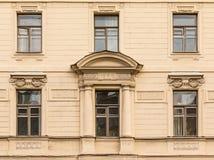 Windows连续在经济圣彼德堡大学的门面  库存照片