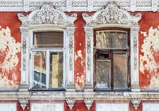 Windows,一个古老大厦的门面的片段 免版税库存图片
