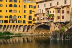 Windows över den Ponte Vechio bron i Florence Arkivbild
