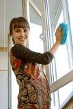 Windows πλύσης κοριτσιών Στοκ φωτογραφία με δικαίωμα ελεύθερης χρήσης