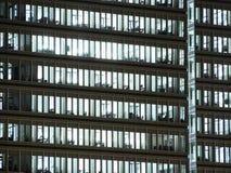 Windows белизны осветило офисы в высокорослом офисном здании осмотренном от внешней стороны стоковая фотография