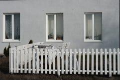 Windows, белый частокол и мебель сада около дома Стоковая Фотография RF