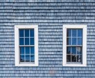 2 Windows в голубом Clapboard Стоковое Изображение