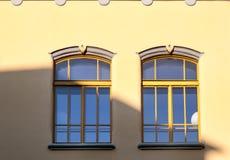 2 Windows в желтом цвете Стоковая Фотография
