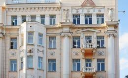 Windows в здании высотного здания архитектурноакустическом с столбцами стоковое изображение rf