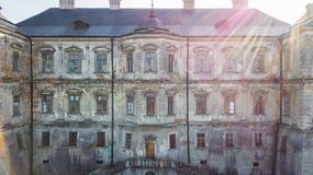 Windows в историческом каменном здании Стоковые Фото
