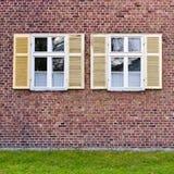 Windows в кирпичной стене стоковое изображение rf