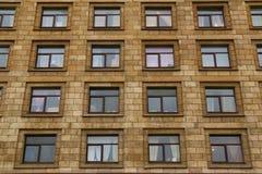 Windows в ряд на фасаде жилого дома Стоковые Фотографии RF