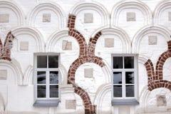 Windows в старой стене Стоковые Изображения