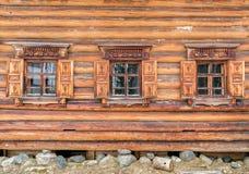 Windows в старом деревянном доме Стоковая Фотография