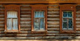 Windows в старом деревянном доме Стоковые Изображения RF