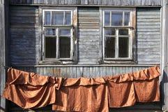 Windows в старом деревянном доме Стоковое Изображение