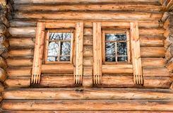 Windows в старом деревянном доме Стоковые Фото