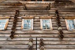 Windows в старом деревянном доме Стоковое Фото