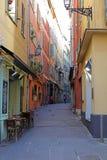 Windows в улицах славной французской ривьеры, среднеземноморского побережья, St Tropez, Канн и Монако Яхты открытого моря и роско стоковое изображение