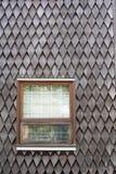 Windows в siding встряхивания кедра стоковое фото