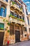 Windows и двери в старом доме украшенном с цветком Стоковое Изображение RF