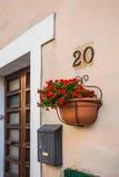 Windows и двери в старом доме украшенном с цветком Стоковые Фото