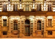 Windows и дверь на фасаде ночи жилого дома Стоковая Фотография