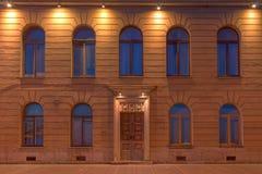 Windows и дверь на фасаде ночи жилого дома Стоковое фото RF